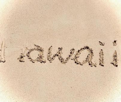모래 사장에 손가락으로 쓴 하와이의 문자