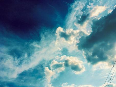 아름다운 하늘과 구름과 전선의 실루엣