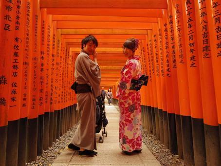 在伏見Inari Taisha穿和服的夫婦