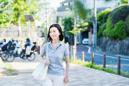 Middle woman taking a walk with a relaxed look
