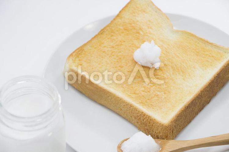 ココナッツオイルとパンの写真