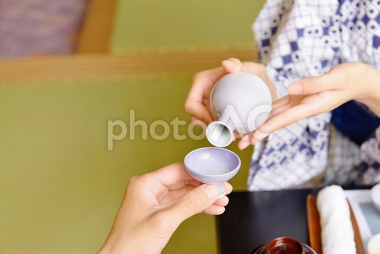 日本酒を注ぐ1の写真