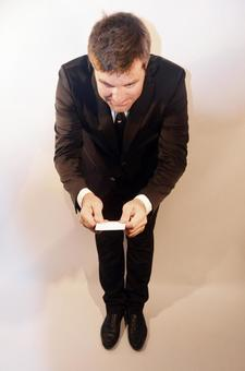 Foreign businessman who exchanges business cards while bowing 3