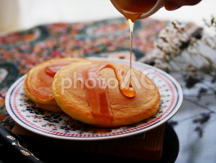 シロップをかける ホットケーキ パンケーキの写真