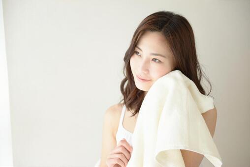 수건으로 얼굴을 닦는 여성 9