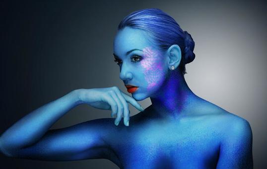 푸른 색의 여성 누드의 고스트