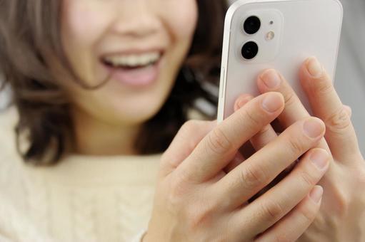 스마트 폰을 조작하는 여성 미소
