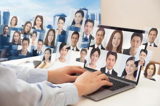 노트북에서 영상 통화를하는 남성의 손 - 사업 배경