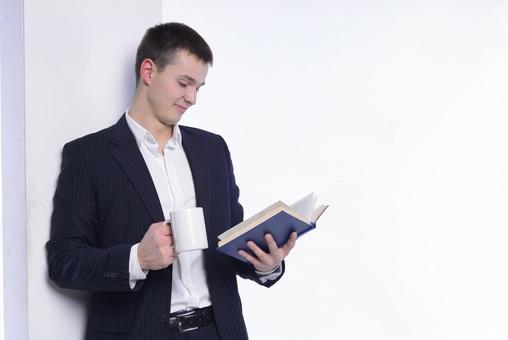 男子2一本书