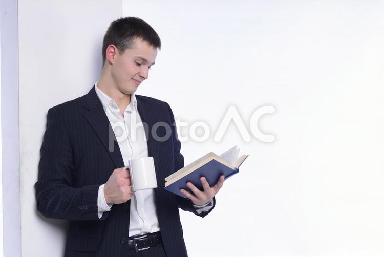 読書をする男性2の写真