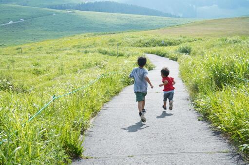 들판을 달리는 아이들