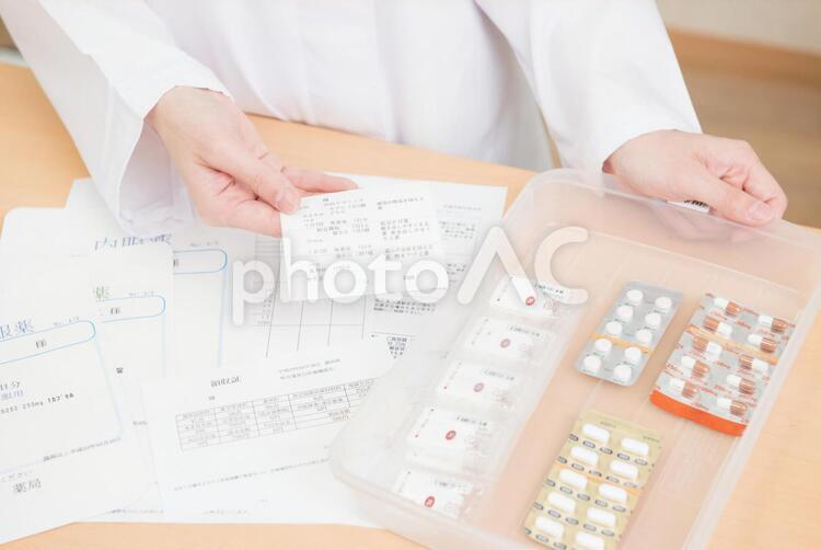 薬剤師の手元の写真