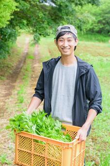 논두렁에있는 농가의 남성 1