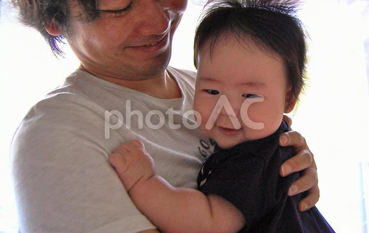 父親に抱っこされる赤ちゃんの写真