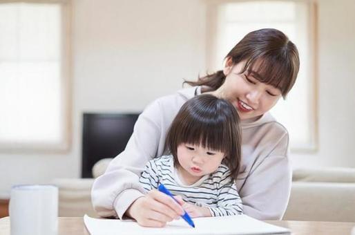 테이블에서 아이들과 그림 그리기를하는 아시아 인 엄마