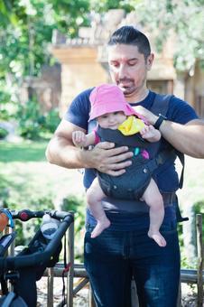 爸爸1抱抱宝宝在动物园