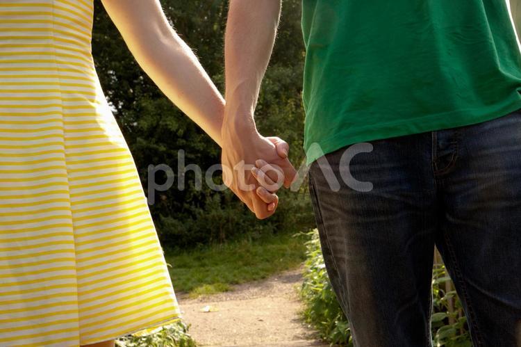手をつなぐカップル2の写真