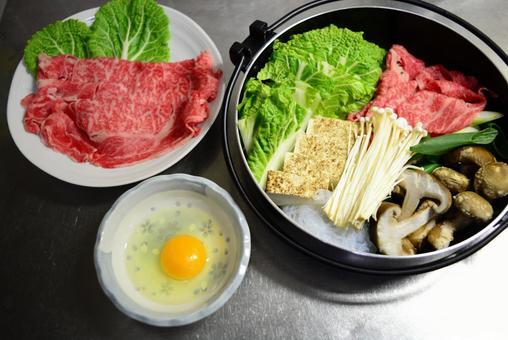 전골 냄비와 쇠고기와 달걀