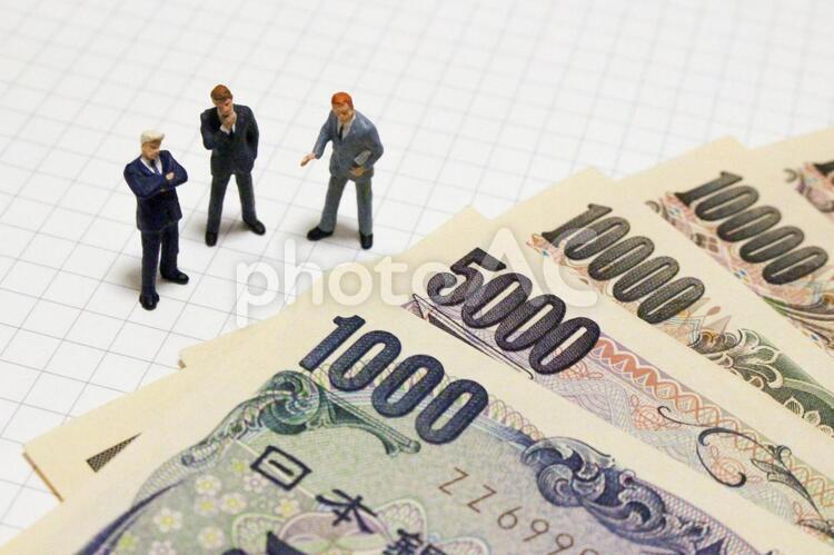 お金 考えるビジネスマン1の写真