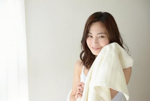 수건으로 얼굴을 닦는 여성 11