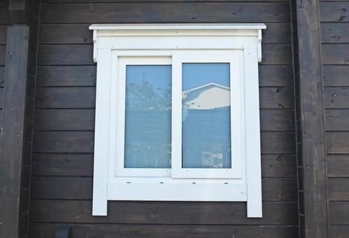 짙은 갈색의 벽과 하얀 창문
