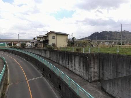 후쿠시마시 北矢野目 도호쿠 본선 가드 부근의 도로