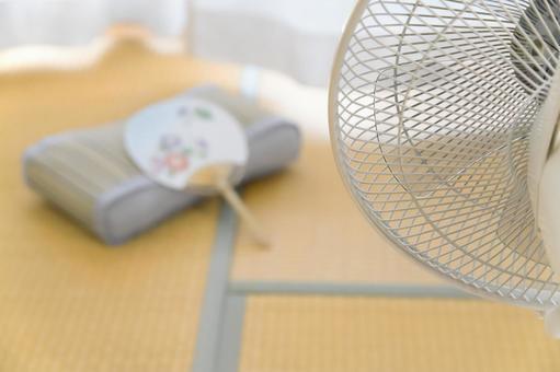 在帶風扇的日式房間裡度過涼爽的夏天