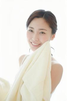 수건으로 얼굴을 닦는 여성 5