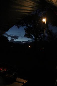從篷佈內部看到的夜間營地風光