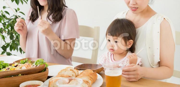 赤ちゃんとご飯を食べるの写真