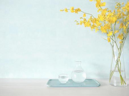 Cold sake sake bottle and Inoguchi Oncidium flower
