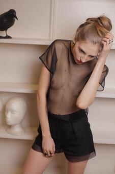 穿着网状的衣服女模特7