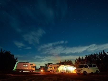 冬天星空下的汽車露營圖片