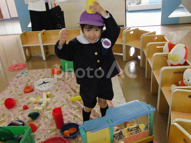 教室で遊ぶ男の子の写真