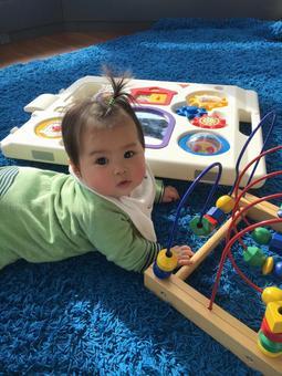 嬰兒趴著玩耍