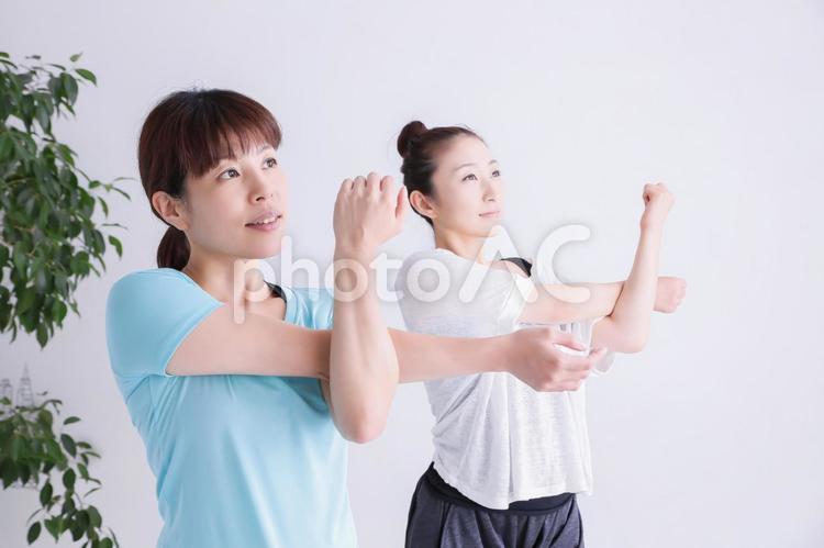 ストレッチする女性の写真