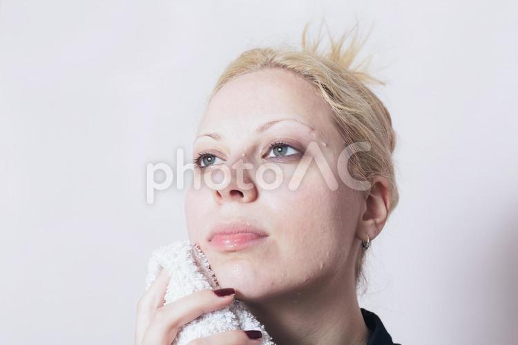 髪をセットする外国人女性11の写真