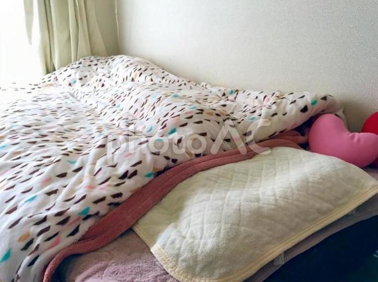 女性部屋のベッドの写真