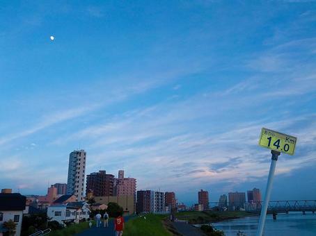 银行,河流和月亮