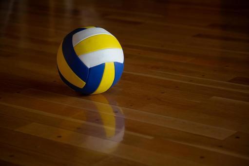 排球在地板上滾動