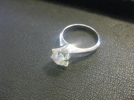 Standing claw diamond ring
