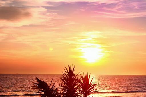 The sun setting in the sea 6