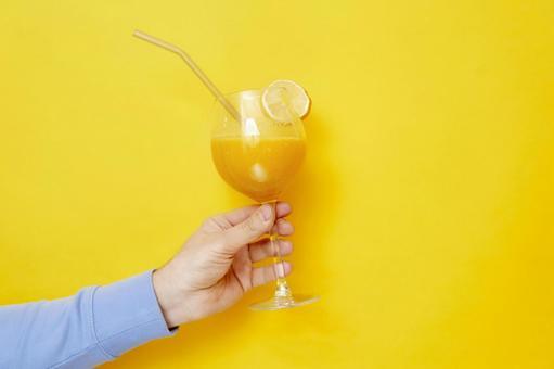 左手用橙汁