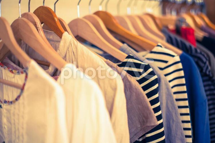 ハンガーにかけられた洋服1の写真