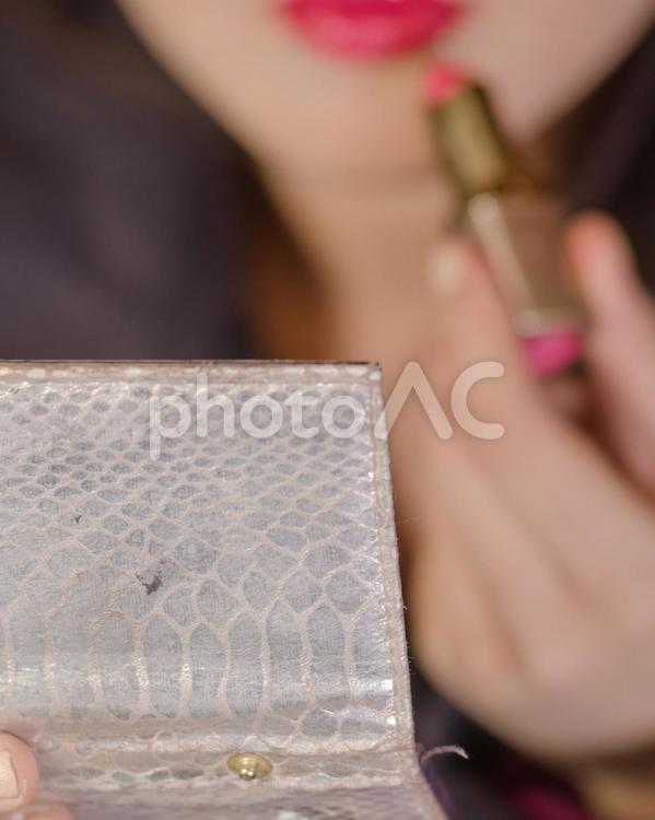 口紅を塗る女性3の写真