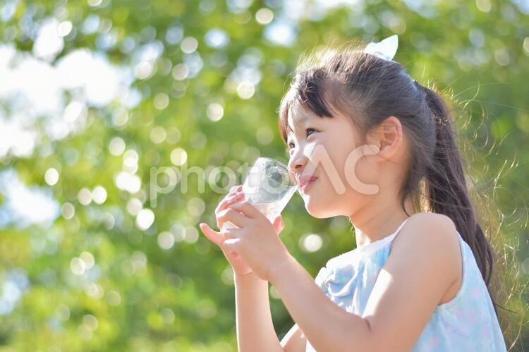 お水を飲む子供の写真