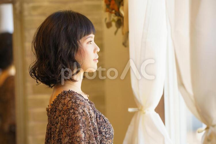 横向きの女性のポートレートの写真