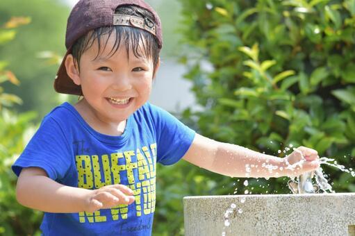 在水中玩耍的男孩