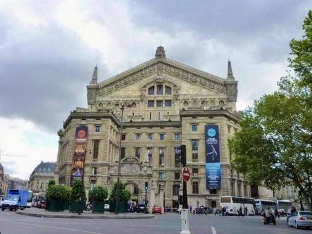 파리 오페라 뒷면의 거리 풍경