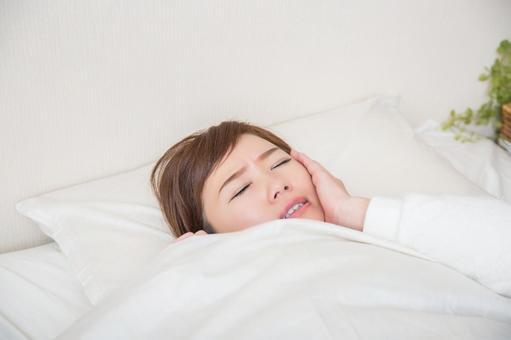 취침 시간에 뺨을 억제 여성